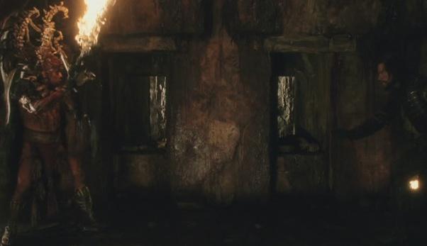 L'affrontement du gardien, brandissant l'épée enflammée